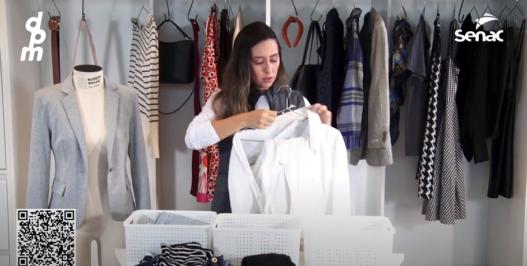 Organizando o seu guarda-roupa de maneira rápida e prática