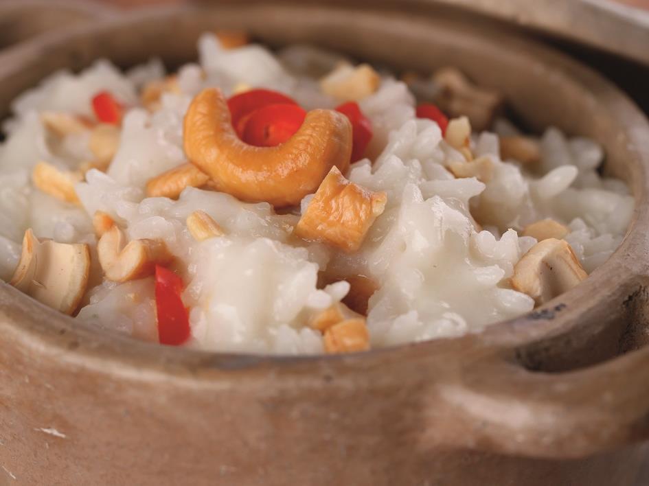 Como fazer arroz de coco com pralinê de castanha e calda de rapadura